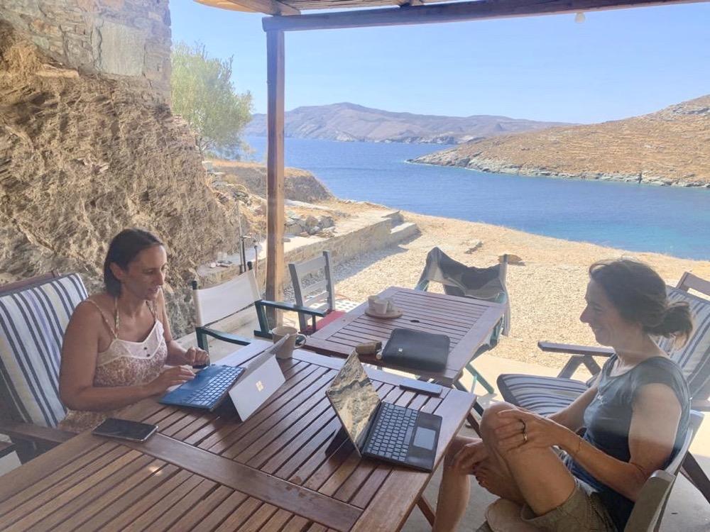 Deux blogueuses en Grèce, travail idéal face à la mer